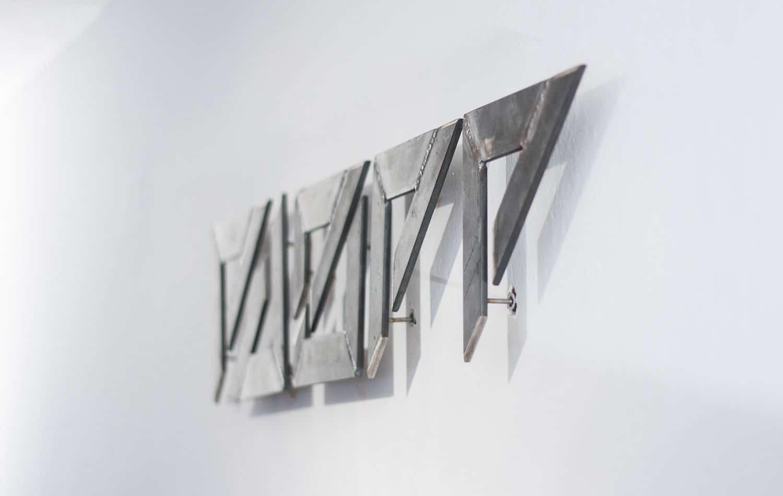 EAZEE Designstudio Close Up Logo Wand Logodesign
